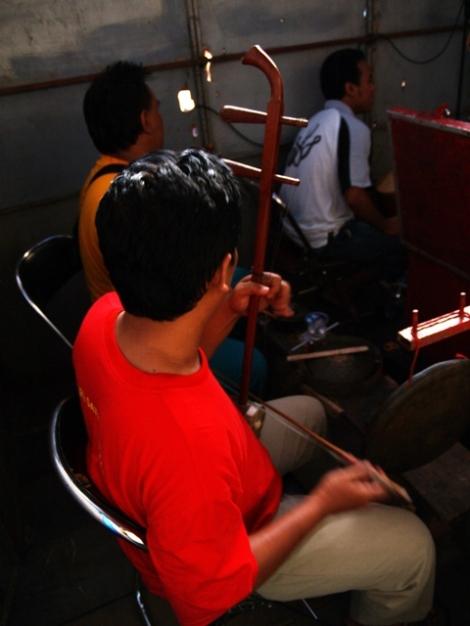 Para musisi pengiring pentas Potehi
