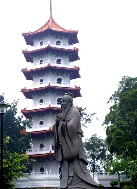 patung Confusius dengan latar 7 Storey Pagoda