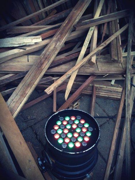 lampu di antara kayu