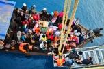 Perairan dangkal membuat penumpang di Pulau Letung harus naik kapal (pompong) dulu untuk mendekati kapal PELNI.