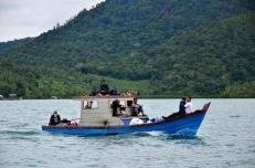 Pompong, kapal rakyat sebagai alat transportasi sehari-hari.