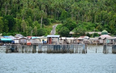 Meski jarang terdapat mobil, beberapa pulau sudah memiliki infrastruktur jalan aspal.