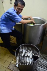 Menyiapkan makan siang di dapur KM Bukit Raya.
