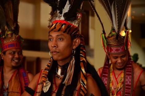 Suku Khadazan dengan pakaian adatnya.