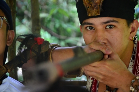 Selain mandau, suku Khadazan juga akrab dengan sumpit sebagai senjatanya.