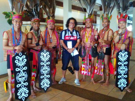 Disambut para penari suku Khadazan di lobi hotel. Terasa seperti pulang kampung.